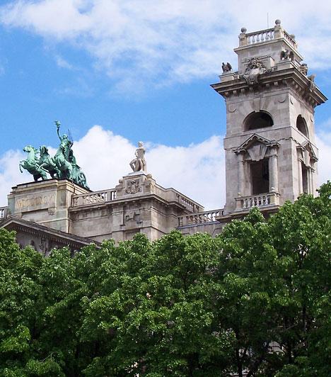 Néprajzi Múzeum  A Kossuth téri Néprajzi Múzeum a legkorábban szerveződött európai szakmúzeumok sorába tartozik. Születésnapjaként 1872. március 5-ét tartja számon a tudománytörténet. Az első állandó kiállítás 1980-ban nyílt meg Az őstársadalmaktól a civilizációkig címmel a múzeum nemzetközi gyűjteményeinek anyagából, amelyet 1995-ben a kiállított nagy értékű műtárgyak állagvédelme miatt le kellett bontani.
