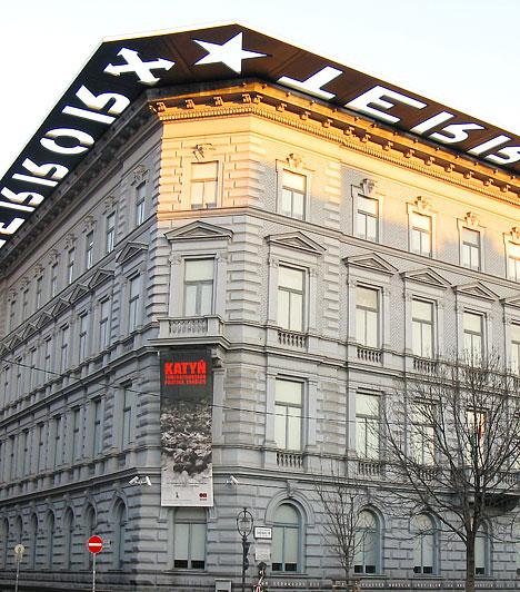 Terror Háza  Negyvenhat évnek kellett eltelnie ahhoz, hogy az Andrássy út 60-as szám alatt található neoreneszánsz épület valóban újjászülethessen. 2002. február 24-én nyílt meg a maga nemében egyedülálló Terror Háza Múzeum, mely az épületben fogva tartott, megkínzott és meggyilkolt honfitársainknak kíván emléket állítani. A borzalmak kézzelfogható bemutatása mellett azonban azt is példázza, hogy a szabadságért hozott áldozat nem volt hiábavaló.