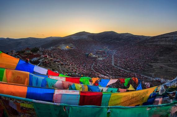 A monumentális Larung Gar a Himalájáról fényképezve. Gyakran nem látogatható, az itt élők harmóniájának és békéjének érdekében.