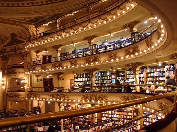 A falak mintázata, az épület minden apró részlete művészien megformált. A 2000 négyzetméter területű könyvesboltban évente több millió ember megfordul, és csak 2007-ben több mint 700 ezer könyvet vásároltak meg falai között.