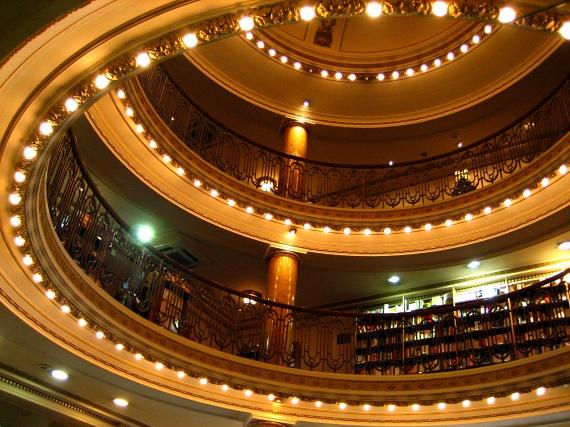 Az egykori nézőtér hatalmas belmagasságú, az egyes emeleteken szabadon böngészhetnek a könyvek között az emberek. Annak ellenére azonban, hogy funkciója rég megváltozott, az épület máig nagy múltú színház életére emlékezteti látogatóit.