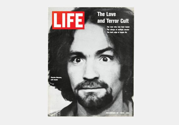 Az '50-es, '60-as évek Amerikájának rettegett bűnözője, Charles Manson már az általa elkövetett gyilkosságok előtt is körözték, lopott, hitelkártyákat hamisított, lányokat futtatott. Később egy hippicsoport vezetője lett. A nevéhez köthető többek között a filmrendező, Roman Polanski feleségének, Sharon Tate-nek a brutális meggyilkolása. A fiatal nő nyolc és fél hónapos terhes volt.