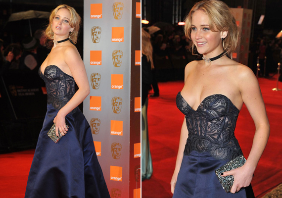 Bátor és merész! Ez a ruha könnyen leesne arról, akivel kebelméretét tekintve kevésbé volt bőkezű a természet, ám Jennifernek nincsenek ilyen problémái.