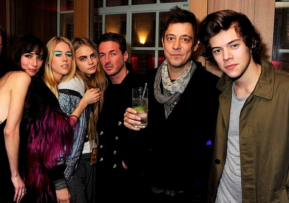 A csoportképen együtt pózol Cara, Dave és Harry.