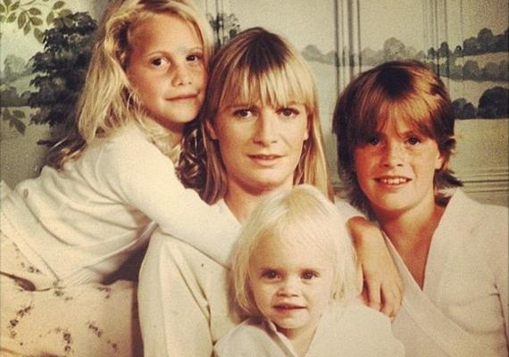Ezt a fotót osztotta meg Cara Delevingne. A képen édesanyjával és két nővérével, Poppyval és Chloéval látható a szöszi kislány.