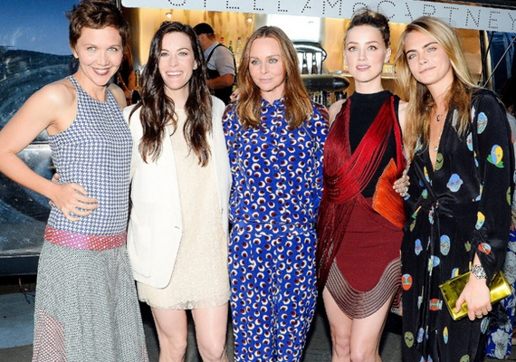 Igazi sztárdömping volt az eseményen: Cara többek közt Maggie Gyllenhaal, Liv Tyler, Stella McCartney és Amber Heard oldalán is fotózkodott.