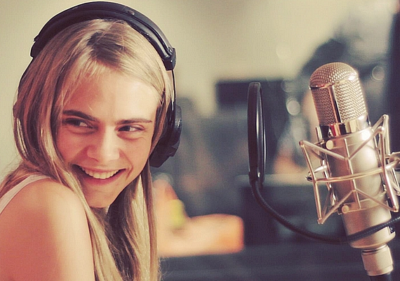 Cara énekelni is tud, ez két éve derült ki, amikor duettet készítet Will Hearddel. A videót ezen a linken éred el.