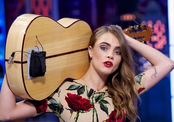 Az este folyamán még gitárt is ragadott, és viccesen, a feje mögött tartva játszott a hangszeren.