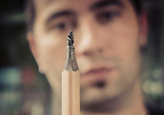 A művész az alkotása mögött.
