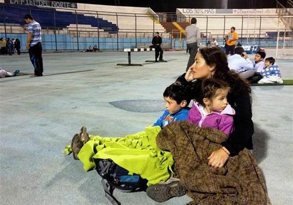 Elhagyva otthonukat, sokan stadionokba menekültek a közelgő cunami elől.