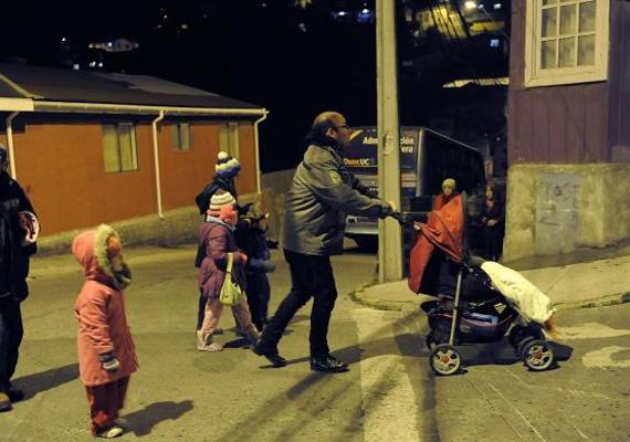 A lakosok sietve próbálnak minél több holmit magukkal vinni a biztonságos helyekre.