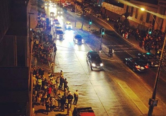 Így néz ki a chilei utca az óriási földrengés után, tömegekkel az utcán.