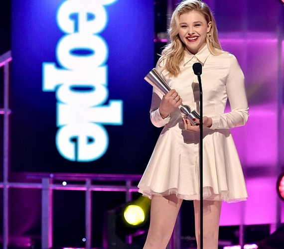 Chloe Moretz a következő generáció sztárjának járó díjat vehette át. Beszédében arra is kitért, hogy sajnos még mindig biceg, és elnézést kért a rajongóktól a nem túl kecsesre sikerült bevonulásáért.