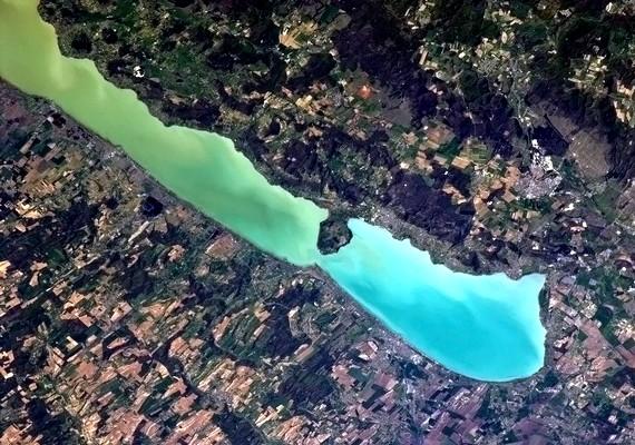 Hadfield kellemes nyaralóhelynek nevezte a Balatont, és a tavaszi kikeletetet emlegette, amikor április végén kiposztolta a fotót.