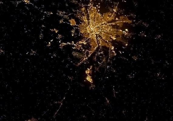 """""""Budapest, Magyarország - hatalmas üdvözlet az űrből Törökéknek, szeretett menyem családjának."""" Az első fotó még februárból."""