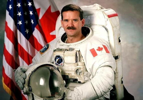 Chris Hadfield jelenleg az ISS hatfős legénységének tagja. Társai Tom Marshburn, Chris Cassidy, Roman Romanyenko, Pavel Vinogradov és Alekszander Misurkin űrhajósok.