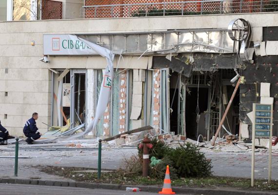 A robbanás következtében a bankfiók homlokzata teljesen bedőlt, sőt, az épület hátsó részében is károk keletkeztek.