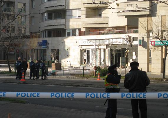 A robbanásnak akkora ereje volt, hogy a törmelék beborította a teljes négysávos utat a bankfiókok előtt.