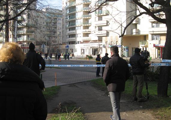 Még mindig sok a nézelődő hétfő délelőtt a robbanás után. A rendőrség az egész környéket lezárta, ami a tömegközlekedésben is változást jelentett.