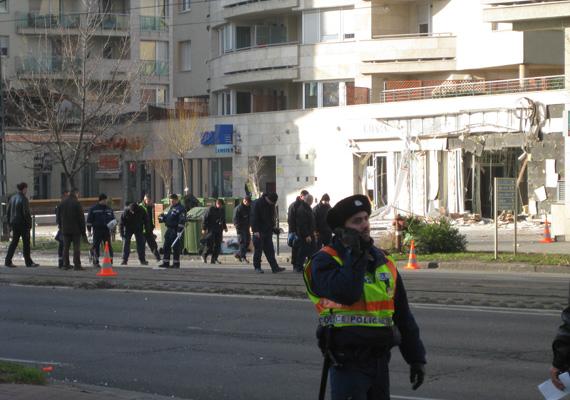 Nagy erőkkel folyik a helyszíni szemle a Lehet utcai bankfiók előtti robbantás ügyében.