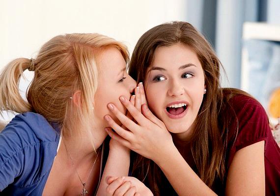 Maradj titokzatos, de nem mindegy, hogyan. Társaságban egyébként sem illik sugdolózni, de, ha látványosan sutyorogsz a barátnőiddel a pasi előtt, nem vesz majd komolyan.