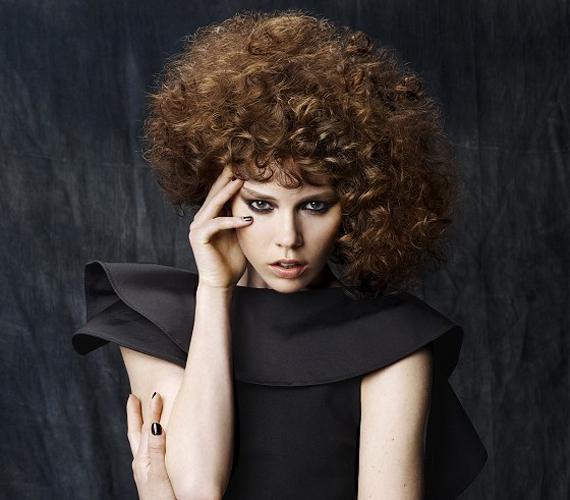 Ha dauert szeretnél tetetni a hajadba, még véletlenül se ilyen frizurát válassz! Inkább hasonlít egy gyapjúpamacsra, mint hajra.