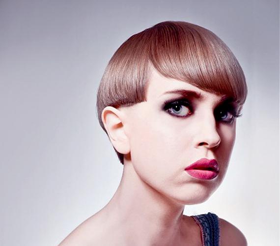Első ránézésre paróka hatását kelti a frizura, másodikra már a sisakét. Ne válaszd.