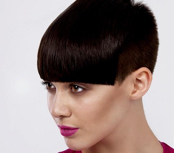 A rövid haj is lehet nagyon nőies, de ez a fazon szinte senkinek sem áll jól. Mintha a fejtetőn lévő haj lenne előrehajtva.