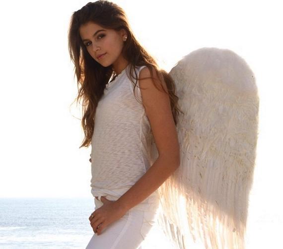 Kaia hófehér ruhában, angyalszárnyakkal a hátán pózolt a tengerparton, a képet bátyjával közös Instagramjukra töltötték fel.