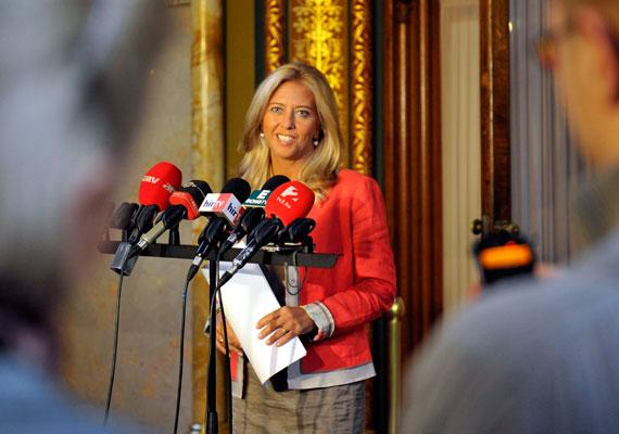 - Csak! - Válaszolta Selmeczi Gabriella még Fidesz-szóvivőként áprilisban, amikor az ATV újságírója Rogán Antal vagyonnyilatkozatával kapcsolatban kérdezte. Selmeczi elsőnek Simon Gábor szocialista politikus titkos számláiról kezdett beszélni, majd amikor a riporter visszakérdezett, hogy ha Rogán Antalhoz hasonlóan Simon Gábor is utólag korrigálta volna a vagyonnyilatkozatát 240 millió forinttal, akkor az ugyanúgy elfogadható lett volna, mint Rogán utólagos módosítása , a szóvivő már csak annyit mondott, nincs logika a feltett kérdésben. Hogy miért? Mert csak!