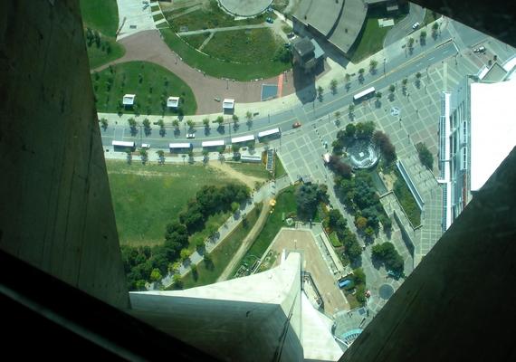 Ha lenézel magad elé, ez a látvány fogad 342 méteres magasságban, ahol csak egy 6 centiméter vastag üveg választ el a zuhanástól.