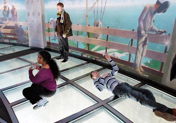 Az üvegpadló kialakítása hasonló ahhoz, amit az Eiffel-toronyban építettek egy évvel ezelőtt - ide kattintva megnézheted!