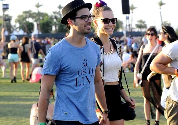 Joe Jonas barátnőjével, Blanda Eggenschwilerrel érkezett, és egyáltalán nem zavarták őket a szórakozásban a kamerák.