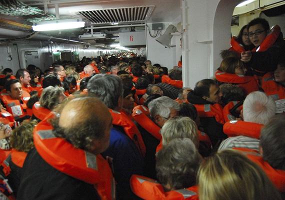 A 32 halálos áldozattal járó baleset miatt a vád tíz embert tesz felelőssé, többek között Francesco Schettino kapitányt. A 4229 utasból 3209 volt turista, akik 62 országból érkeztek.