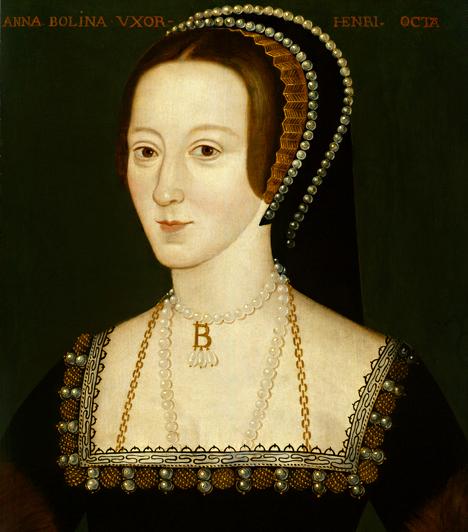 Anne BoleynA hírhedt Boleyn-lánynak, bár később királyné lett, először a szeretői szerepkörrel kellett beérnie. A király korábbi házasságát miatta nyilvánították semmissé, elszakadva ezzel a katolikus egyháztól. Annának nem sikerült fiú utódot szülnie. A király később felségárulás vádjával bebörtönözte, majd kivégeztette.Kapcsolódó cikk:Így néztek ki a botrányhős király asszonyai »