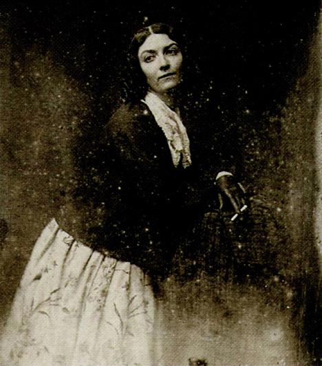 Lola Montez  A spanyol táncosnőként ismert Lola I. Lajos bajor király szeretője volt. Nem csupán a király szerelmére, de befolyásra is vágyott, ami heves ellenkezést szült mind a politikusok, mind az egyház részéről. Lajos végül engedett a nyomásnak, és Lolát, mint ördögi nőszemélyt kiutasították Münchenből.  Kapcsolódó cikk: Így nézett ki a világ egyik leghíresebb kurtizánja »