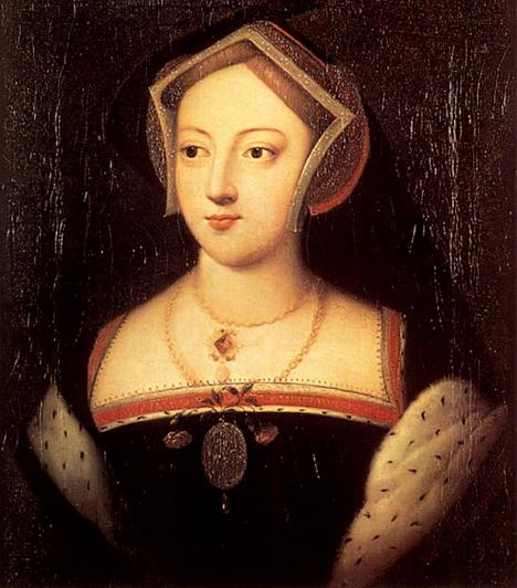 Mary BoleynMary előbb volt a király szeretője, mint Anna, azonban a férfi igen hamar ráunt. Korábban a lány a francia királyi udvarban is szolgált, ahol az akkor húszéves király, I. Ferenc szeretőjeként is ismertté vált. A viszony hatalmas botrányt szült, Mary-t apja ezért is hívta vissza Angliába.