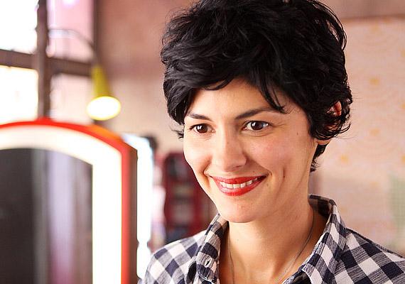 Mosás, vágás, ámítás: A harminc körüli Emilie – Audrey Tautou – egy fodrászszalont vezet, ahol vendégei számára a frizurakészítésen kívül végtelen számú magánéleti jótanáccsal és ötlettel szolgál.