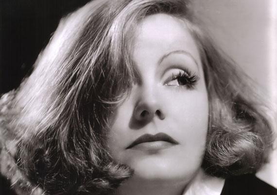 Hollywood megteremti az ábrándos tekintetű, szőke, göndör hajú, piros körmű végzet asszonyát: Greta Garbót férfiak milliói imádták.