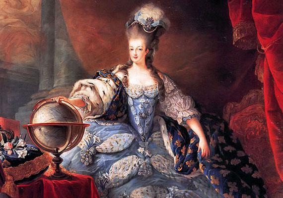 Mária Antoinette korában a derekat már fűzővel karcsúsítják, ám a mellnek és a fenéknek még mindig dúsnak kell lennie - ha szükséges, ruhákkal tömik ki az érintett területeket.