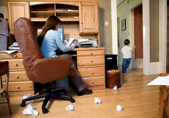 Hátrányos helyzetű gyerekeknek járhat óvodáztatási támogatás, melynek jogosságát az önkormányzat állapítja meg. A helyi önkormányzat rendeletben előírhatja, hogy az első alkalommal folyósításra kerülő pénzbeli támogatás helyett a szülőnek gyermeke részére természetbeni támogatás nyújtható. A természetbeni támogatást a gyermek beíratását követő legfeljebb 21 napon belül kell a szülő rendelkezésére bocsátani. A támogatás feltétele a rendszeres óvodalátogatás, amit szigorúan ellenőriznek.