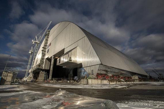 Két hete ezzel a november 15-én közreadott képpel jelentették be, hogy befejeződött az új acélszarkofág építése, és a szakemberek megkezdték a létesítmény rátolását a sérült atomreaktorra.