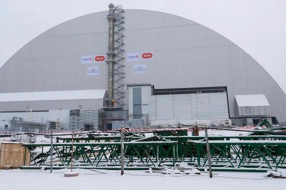 Az árkád formájú szerkezet 36 ezer tonnát nyom, 150 méter hosszú, 260 méter széles és 105 méter magas, a világ legnagyobb mozgatható kupolája. 1,5 milliárd euróba került, és várhatóan száz éven át nyújt majd védelmet a radioaktív sugárzás ellen.