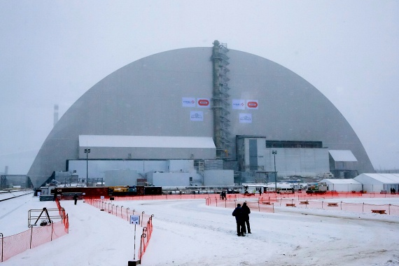 A csernobili atomerőmű új, az eddiginél biztonságosabb, acélból készült védőburka 2016. november 29-én.