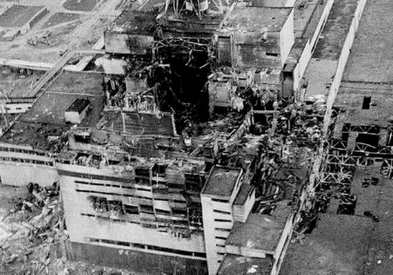 Így nézett ki a felrobbant, kiégett atomerőmű nem sokkal a hatalmas robbanás után.