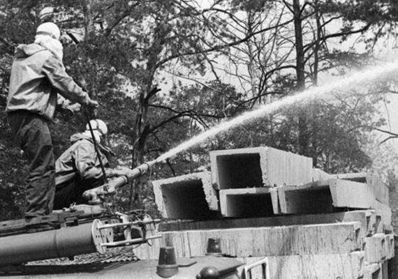 Aki nem az erőmű tetején takarított, az a cirkáló vízágyúkon kapott feladatot. Azok sem voltak védve, akik távolabb tartózkodtak az erőműtől, mert még kilométerekkel odébb is voltak sugárzó részecskék, amelyek a robbanás következtében szóródtak szét.