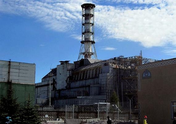 A 4-es reaktor romjai fölé betonszarkofágot építettek.