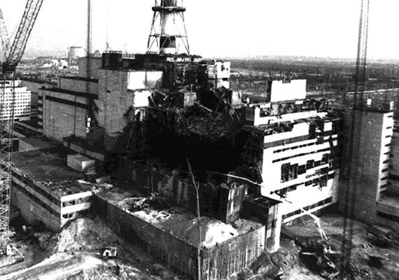 Berobbantak a falak, és az atomerőmű teteje is szétment.