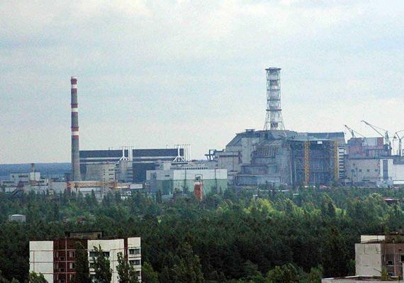 Az erőmű látképe északnyugatról, Pripjaty felől, 2007-ben.