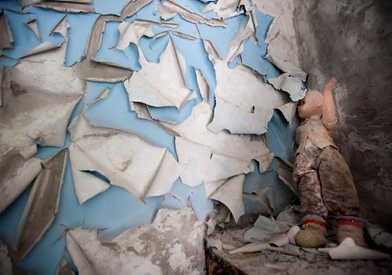 Elhagyott baba és szétszakadt tapéta, ez maradt a katasztrófa után.